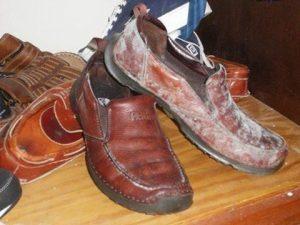 Cách tẩy sạch giày da bị mốc
