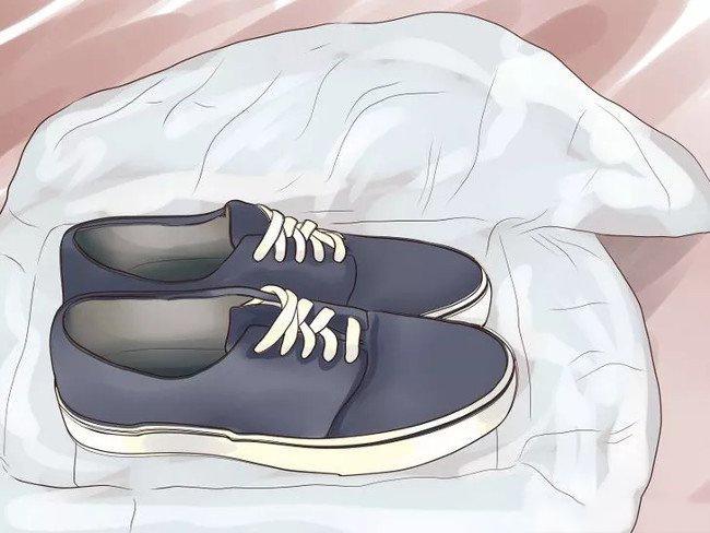 Giặt sạch giày rồi bọc vào túi nilon kín sạch