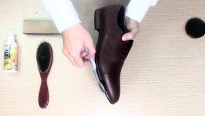 Đối với việc vệ sinh giày da trơn