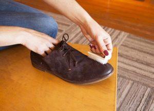 Đối với việc vệ sinh giày da lộn