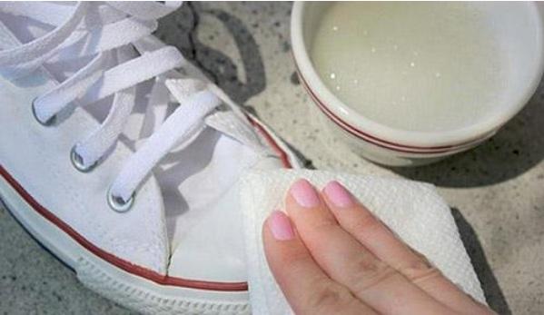 Cách làm sạch giày trắng không cần giặt hiệu quả tại nhà